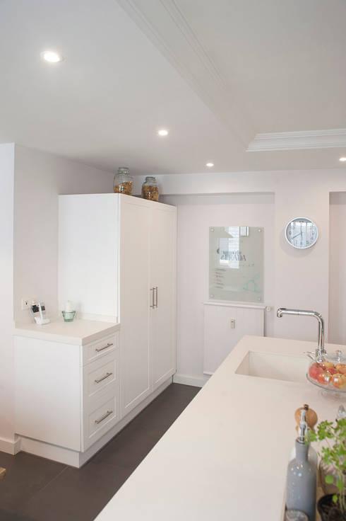 isla de cocina blanca y electrodomésticos de integración: Cocinas de estilo clásico de Gumuzio&PRADA diseño e interiorismo