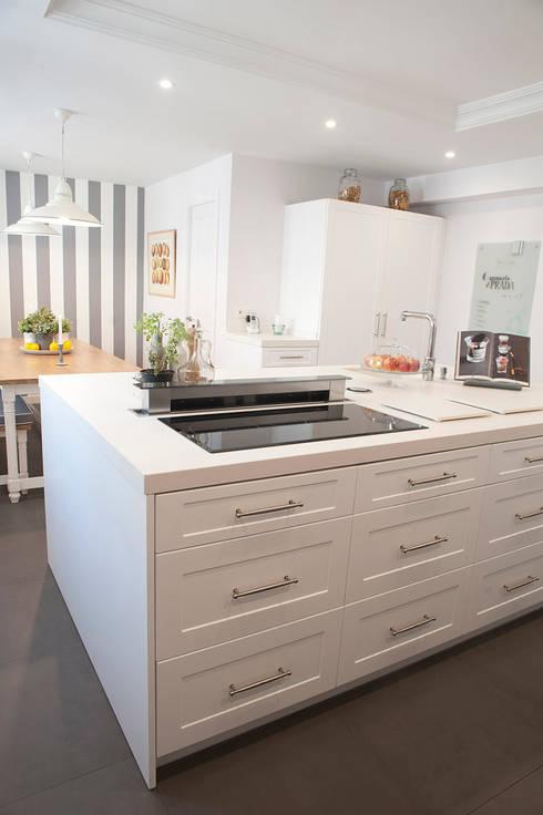 isla de cocina blanca con campana extraíble: Cocinas de estilo clásico de Gumuzio&PRADA diseño e interiorismo