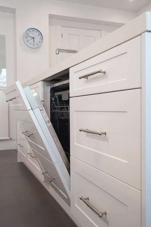 isla de cocina blanca con electrodomésticos de integración: Cocinas de estilo clásico de Gumuzio&PRADA diseño e interiorismo