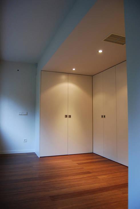 modern Dressing room by Teresa Pinto Ribeiro | Arquitectura |