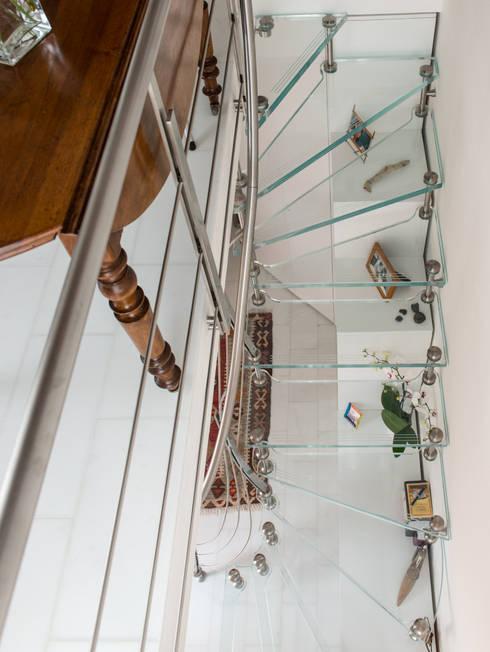 Vestíbulos, pasillos y escaleras de estilo  por Studio di Architettura Pastorelli