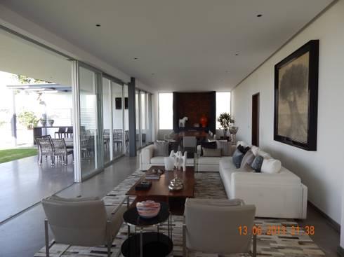 Casa UP + Interior: Salas de estilo minimalista por Artico Design & Builders