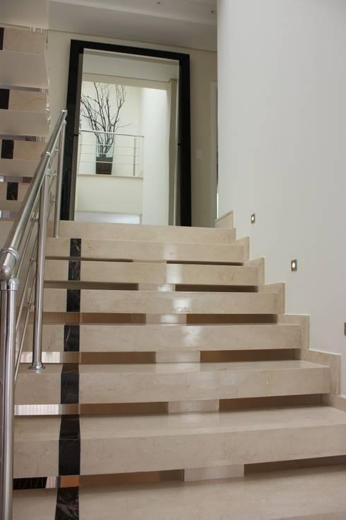 ESCADA EM MARMORE: Corredor, vestíbulo e escadas  por Leticia Prodocimo - LPA ARQUITETURA