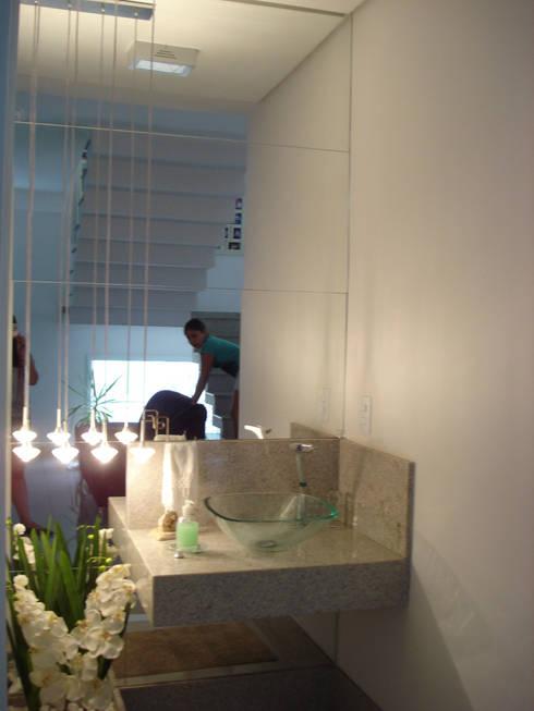 Hall do lavado : Corredores e halls de entrada  por Rodrigues&Coutinho Projetos, Engenharia e Decoração