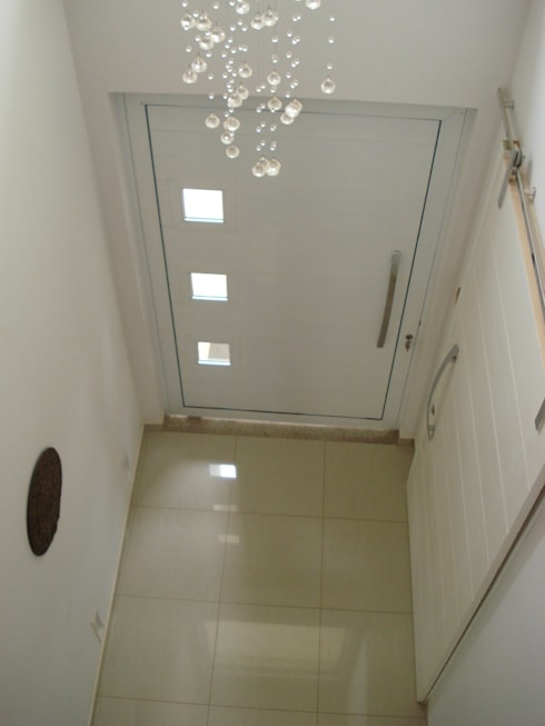 Hall de Entrada: Janelas   por Rodrigues&Coutinho Projetos, Engenharia e Decoração