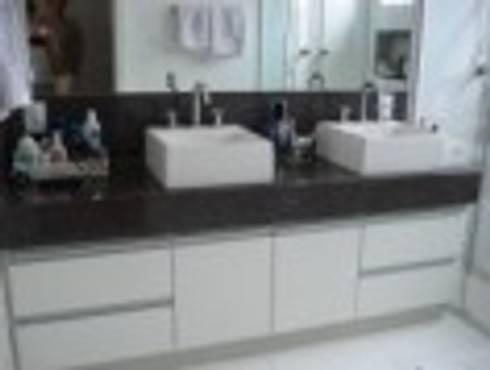 Bancada do Banheiro do Casal : Banheiros modernos por Rodrigues&Coutinho Projetos, Engenharia e Decoração