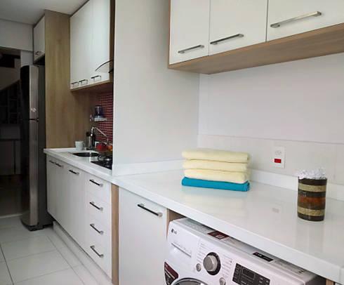 Dois Ambientes: Cozinhas modernas por Odete Brito