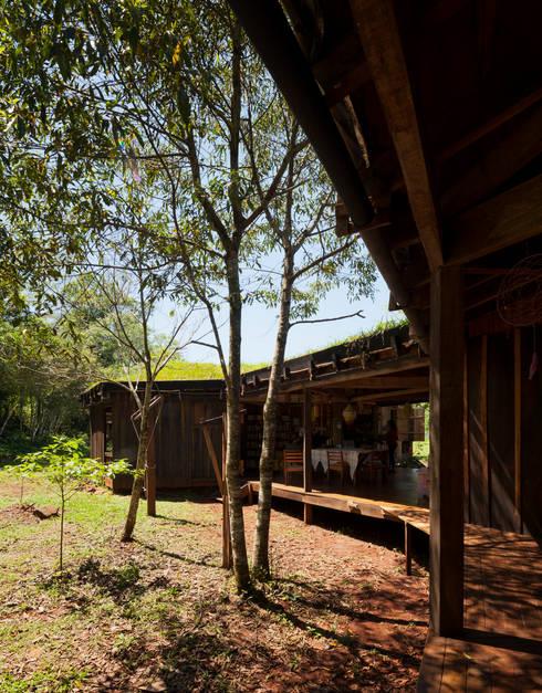 Comuna Yerbas del Paraiso - Misiones: Terrazas de estilo  por IR arquitectura