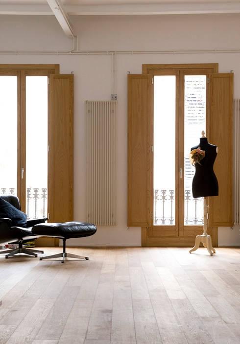 Reforma de vivienda en el Poblenou. Barcelona: Salones de estilo escandinavo de manrique planas arquitectes