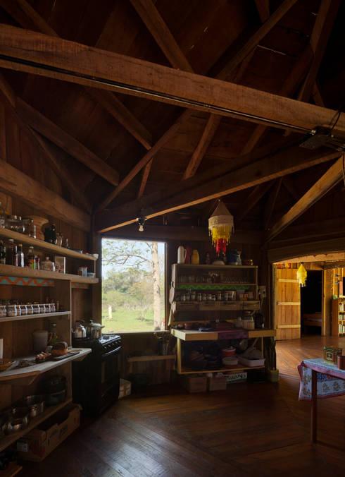 Comuna Yerbas del Paraiso - Misiones: Cocinas de estilo rural por IR arquitectura