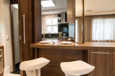 Sala Jantar integrada com a Cozinha: Salas de jantar modernas por LC ARQUITETURA