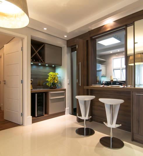 Sala de Jantar integrada com a Cozinha: Salas de jantar modernas por LC ARQUITETURA