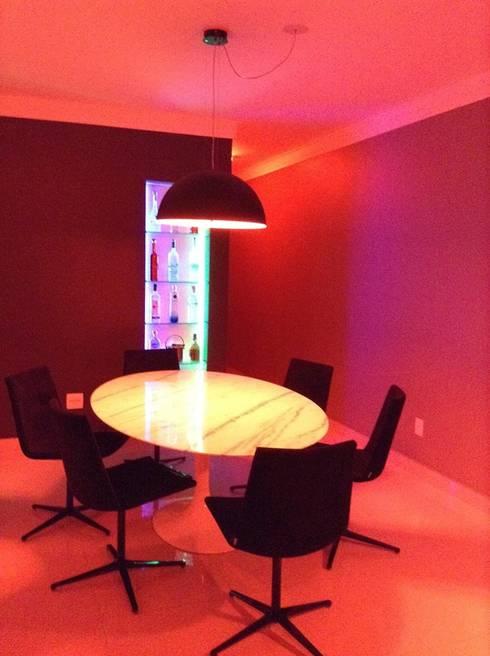 Sala de jantar integrada: Salas de jantar modernas por Rodrigues&Coutinho Projetos, Engenharia e Decoração