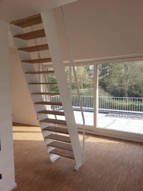 Neubau eines Mehrfamilienhauses mit zwei Wohneinheiten:  Flur & Diele von raumumraum architekten