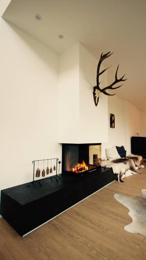 Haus M: moderne Wohnzimmer von moser straller architekten
