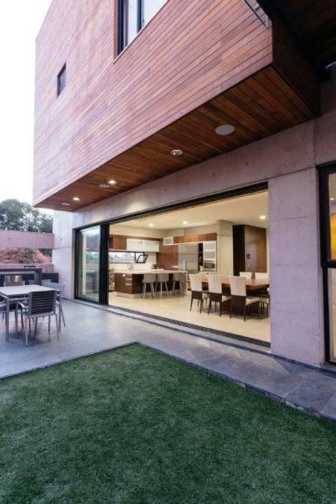 Casa Z: Jardines de estilo moderno por Guillot Arquitectos