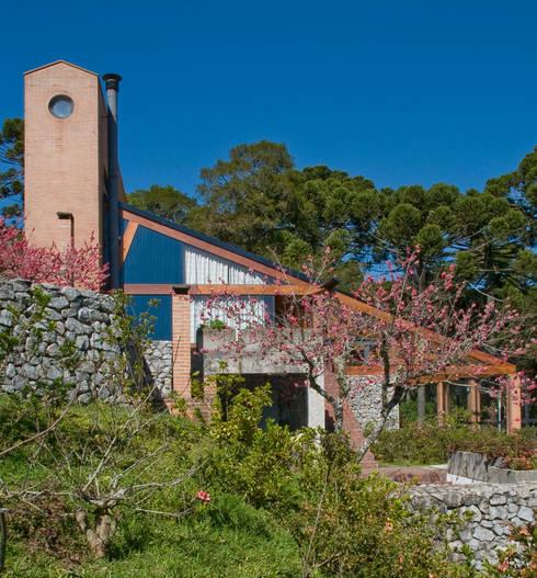 Vista externa: Casas modernas por Carlos Bratke Arquiteto