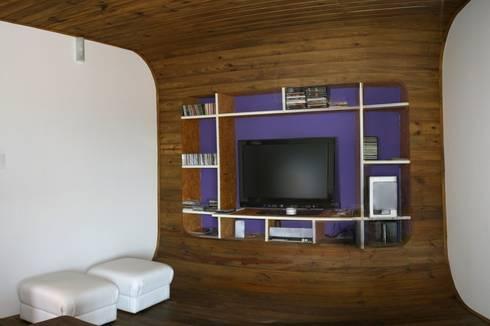 Casa Ecológica I: Salas multimídia rústicas por alexis vinícius arquitetura e design
