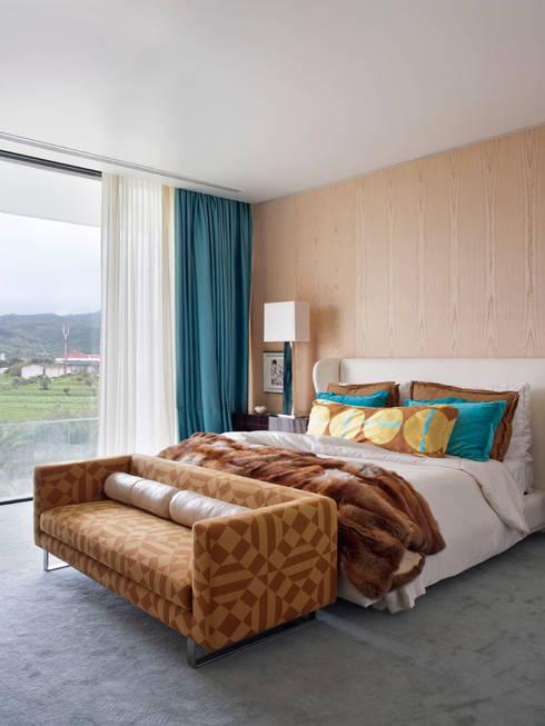 Camera da letto in stile  di SA&V - SAARANHA&VASCONCELOS