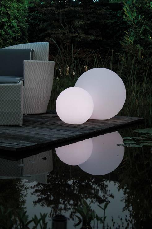 Mit den LUMENIO LED Kugeln zaubern Sie stimmungsvolles Licht - auf jeder Terrasse!: moderner Garten von LUMENIO