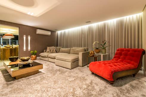 Sala Home Theater: Salas de estar modernas por Flaviane Pereira
