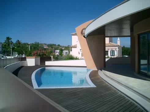 Moradia Unifamiliar com piscina: Casas modernas por Garcez- Arquitectos Associados,LDA