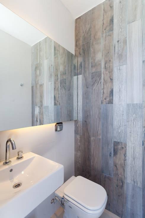 Casa C Puerto Roldan: Baños de estilo  por VISMARACORSI ARQUITECTOS