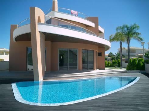 Moradia Unifamiliar com piscina: Piscinas modernas por Garcez- Arquitectos Associados,LDA