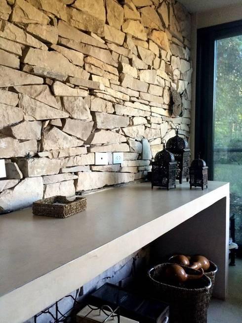 غرفة المعيشة تنفيذ Estudio Emilio Maurette Arquitectos