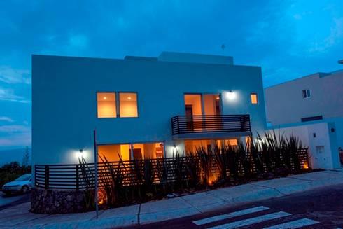 Fachada noche: Casas de estilo minimalista por JF ARQUITECTOS
