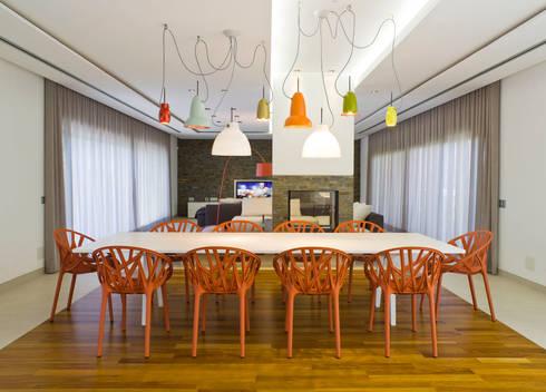 Moradia de férias M+PR: Salas de jantar modernas por Space Invaders _ Arquitectura e Design