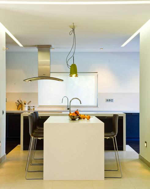Moradia de férias M+PR: Cozinhas modernas por Space Invaders _ Arquitectura e Design