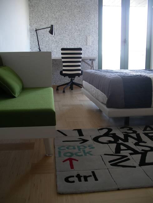 Apartamento de férias EN: Quartos de criança modernos por Space Invaders _ Arquitectura e Design