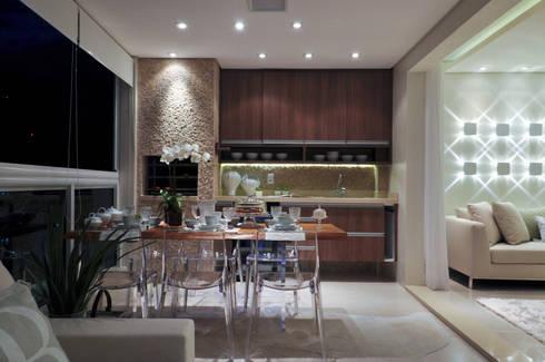 Iluminação de destaque em apartamento no litoral paulista : Cozinhas clássicas por Guido Iluminação e Design