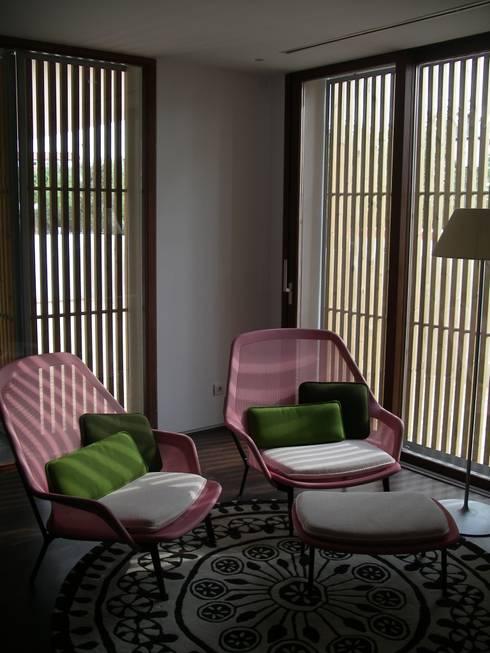 Moradia PNG: Salas de estar modernas por Space Invaders _ Arquitectura e Design