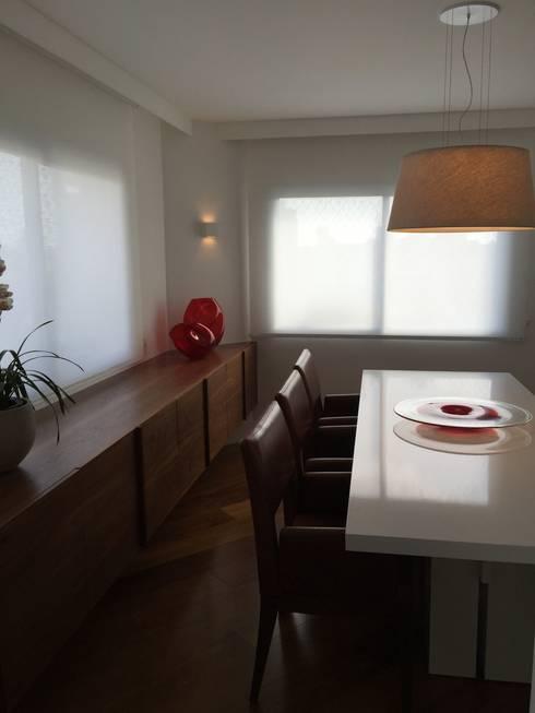 residência RV: Salas de jantar modernas por Studio Marcio Michaluá