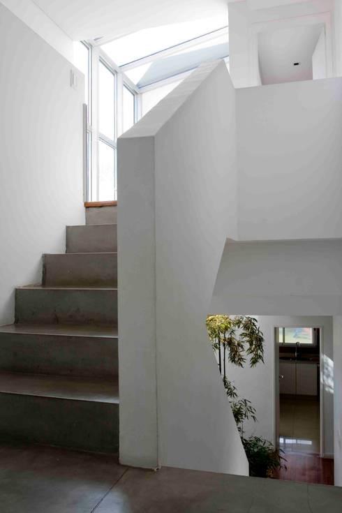 Pasillos y recibidores de estilo  por Remy Arquitectos