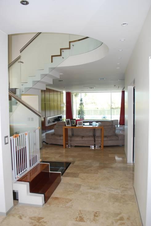 vivienda unifamiliar: Livings de estilo moderno por cm espacio & arquitectura srl