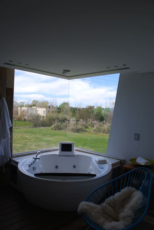 vivienda unifamiliar: Baños de estilo moderno por cm espacio & arquitectura srl