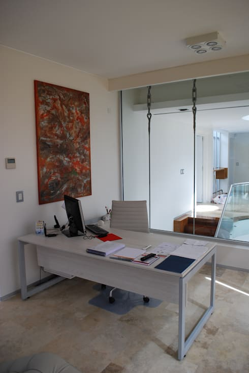 vivienda unifamiliar: Salas multimedia de estilo  por cm espacio & arquitectura srl