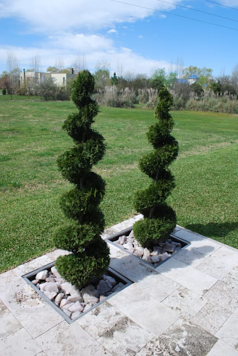 VIVIENDA MODERNA EN PILAR: Jardines de estilo moderno por cm espacio & arquitectura srl