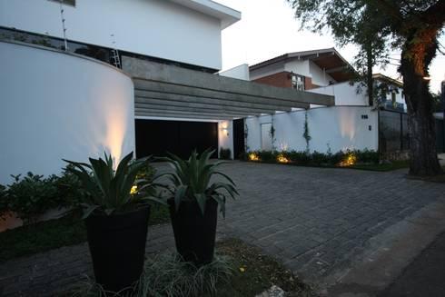 Fachada: Garagens e edículas tropicais por HZ Paisagismo