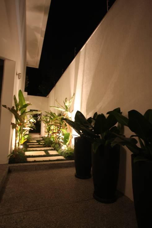 Residência Alto de Pinheiros: Jardins tropicais por HZ Paisagismo
