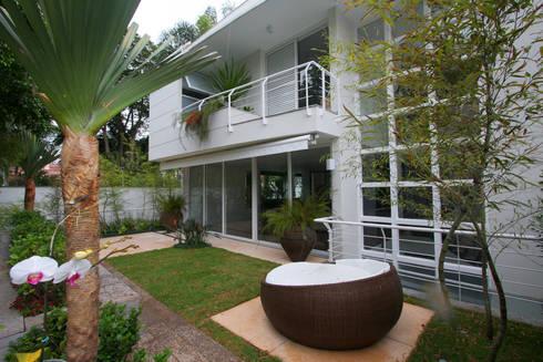 Varanda: Jardins tropicais por HZ Paisagismo