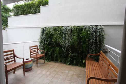 Parede verde: Jardins tropicais por HZ Paisagismo