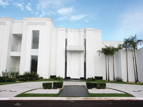 Fachada: Casas clássicas por HZ Paisagismo