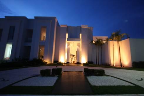 Residência Bauru II: Casas clássicas por HZ Paisagismo