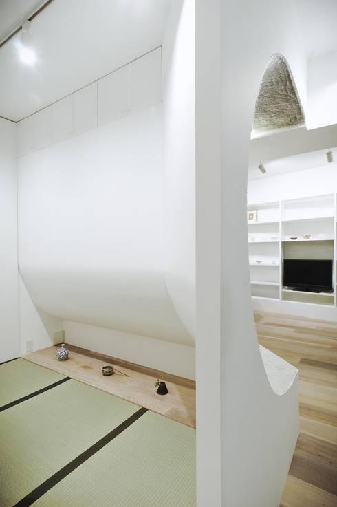 へこみとふくらみ: ディンプル建築設計事務所が手掛けた寝室です。