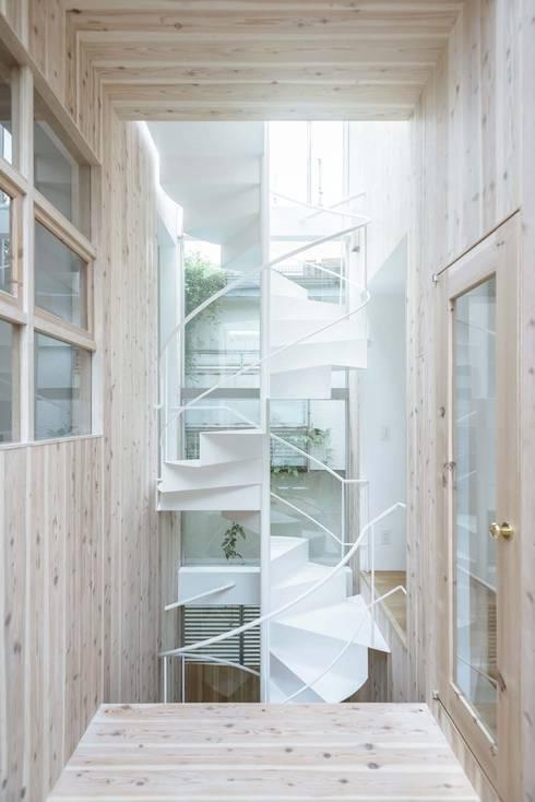 Pasillos y recibidores de estilo  por ディンプル建築設計事務所