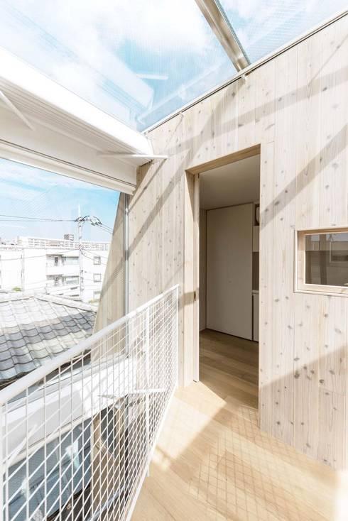 3階吹抜: ディンプル建築設計事務所が手掛けた廊下 & 玄関です。